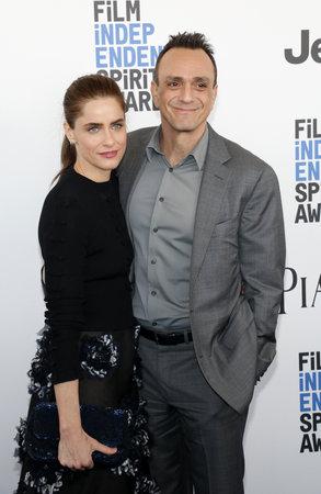 Amanda Peet and Hank Azaria at the 2017 Film Independent Spirit Awards held at the Santa Monica Pier in Santa Monica, USA on February 25, 2017. 報道画像