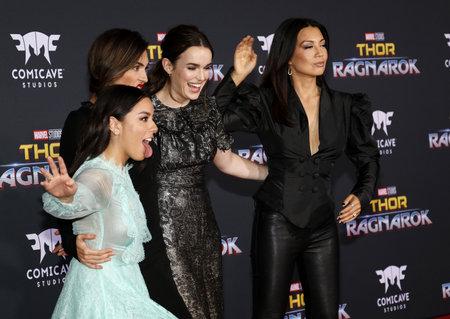 2017 년 10 월 10 일 미국 할리우드 엘 캐피 탄 극장에서 열린 'Thor : Ragnarok'의 세계 초연에서 Chloe Bennet, Elizabeth Henstridge, Natalia Cordova-Buckley 및 Ming-Na W