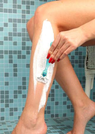 belles jambes: Belle fille se raser les jambes avec le rasoir Banque d'images