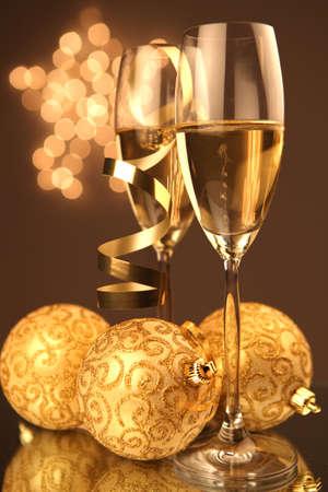 winter party: Bicchieri di Natale di Champagne e sfondo dorato