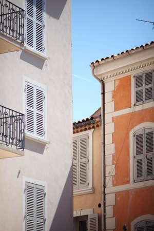 fachadas de casa: Niza fachadas de las casas mediterr�neas con diferentes colores Foto de archivo