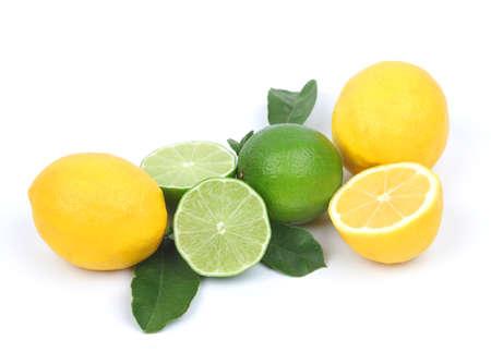 lima limon: lim�n y lima aislado sobre fondo blanco