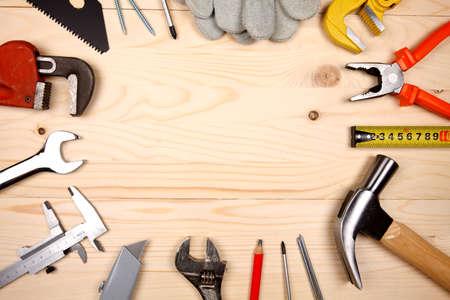 herramientas de construccion: Conjunto de plomería y herramientas para la ingeniería sanitaria trabaja en el fondo de madera Foto de archivo