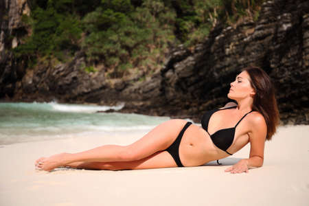 bikini sexy: Beautiful woman rest on the beach