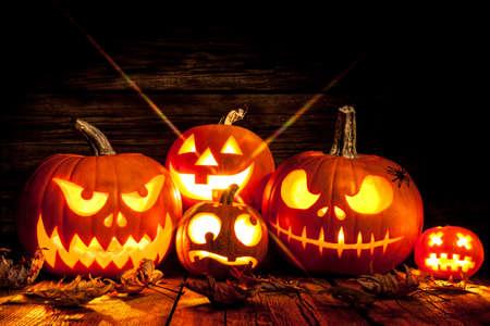 Halloween Kürbiskopfheber auf hölzernem Hintergrund