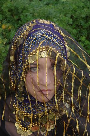 Etnische dorp meisje draagt het Midden-Oosten kleding