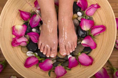 ピンクのバラは美しい芳香族と治療のミネラルウォーター風呂で甘やかされて 写真素材 - 762429