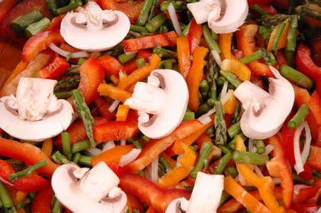 Tranciati pronti a cuocere le verdure (funghi, rosso e arancio peperone, scalogno, asparagi, aglio, pomodori ciliegia) Archivio Fotografico - 823151