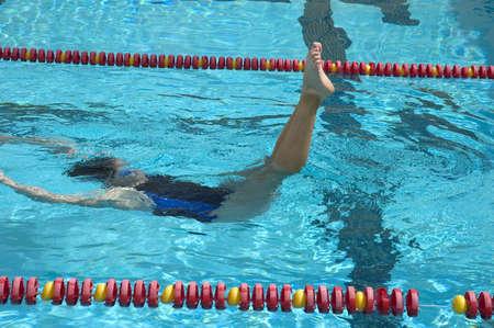 Gesynchroniseerd zwemmer in de praktijk Stockfoto