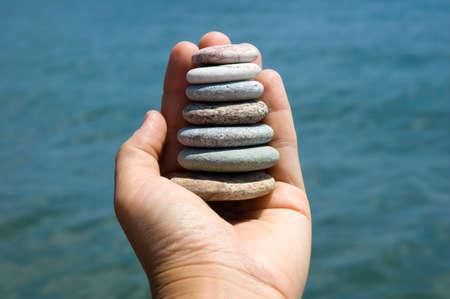 海の近くの手で小石