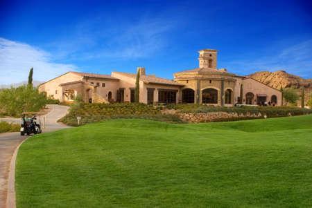 일몰 동안 골프 코스와 클럽 하우스