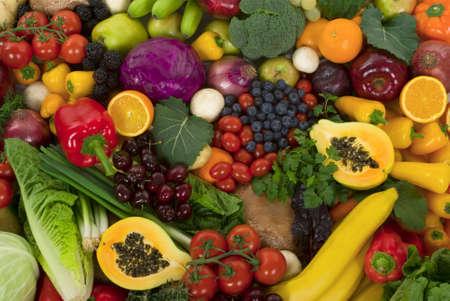 Organisches gesundes Gemüse und Früchte Standard-Bild - 2564309