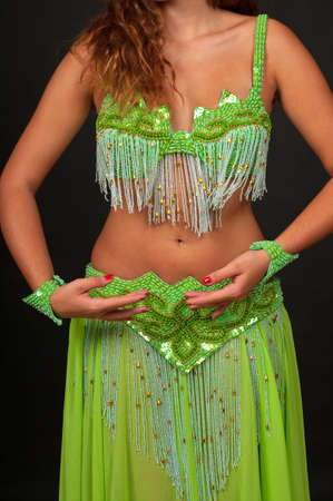 美しい緑の衣装でベリー ダンサー 写真素材 - 7797166