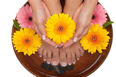 美しい花とペディキュアとマニキュアのスパ