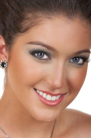 美しいメイクアップを持つ若い女