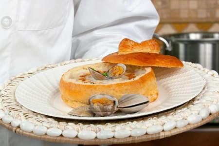 Clam chowder soep in een zuurdesem brood kom