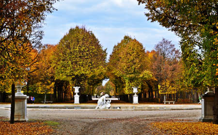 Park of the Schonbrunn Palace in Vienna, Austria in autumn 新聞圖片