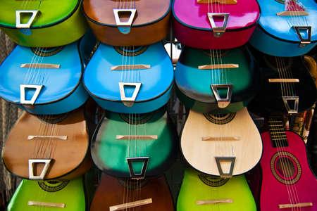 tr�delmarkt: Farb-Display von Gitarren auf Olvera Street-Flohmarkt