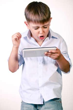 desilusion: Boy expresando su decepción con su juego más en la PC de la tableta