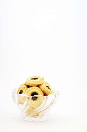 chuparse los dedos: Deliciosa fruta llena de galletas situada en un hermoso plato de cristal. Foto de archivo