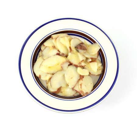 rimmed: Una porci�n de ensalada de patata alem�n en un plato peque�o de aro azul.  Foto de archivo
