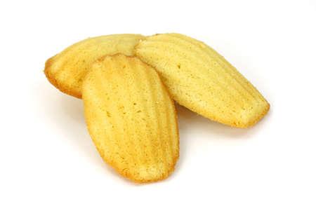 Een groep van madeleine boter cookie op een witte achtergrond.
