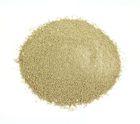 Kleine hoeveelheid bentoniet en gistvoedingsstof voor huiswijn die op een witte achtergrond maken. Stockfoto