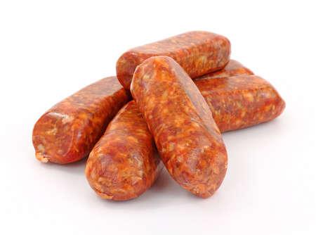 saucisse: Un groupe de liens fra�chement made saucisse italienne chaud sur un fond blanc.