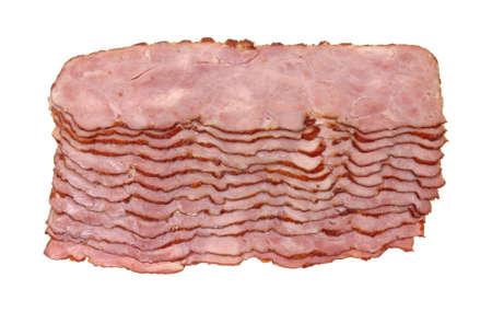 Bovenaanzicht van een aantal plakjes kalkoen bacon op een witte achtergrond.