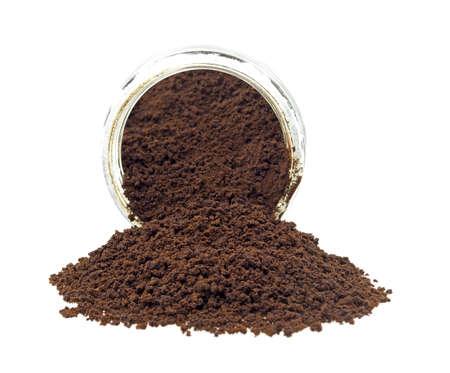 freeze dried: Un frasco de vidrio con caf� instant�neo se derrame en el frente.