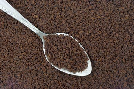 freeze dried: Primer plano de caf� instant�neo con una cuchara de plata.