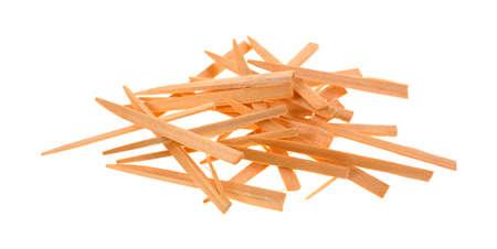 revoltijo: Un revoltijo de placa de madera quitando palillos de dientes sobre un fondo blanco