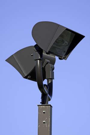 正方形の金属のポストに 2 つの大きいハロゲン屋外照明