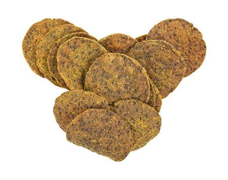 Verschillende bonen tortilla chips op een witte achtergrond.