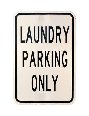 Een oude gedeukte wasserette parkeren enige teken op een witte achtergrond.