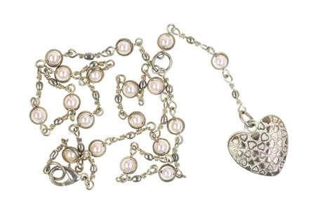 medaglione: Un medaglione a forma di cuore su una catena d'argento con imitazioni di perle su uno sfondo bianco