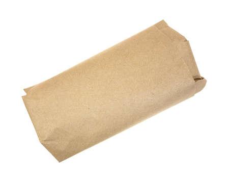 茶色の紙に包まれた肉屋肉の料理