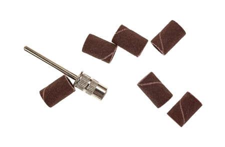 Un groupe de bandes de ponçage et un attachement de métal utilisé pour le travail du bois sur un fond blanc. Banque d'images - 29039629