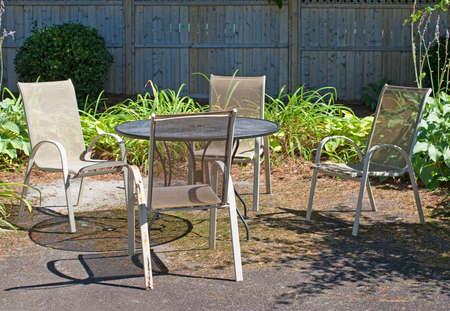 Un Ajuste De Muebles De Jardín Al Aire Libre En El Asfalto Con ...
