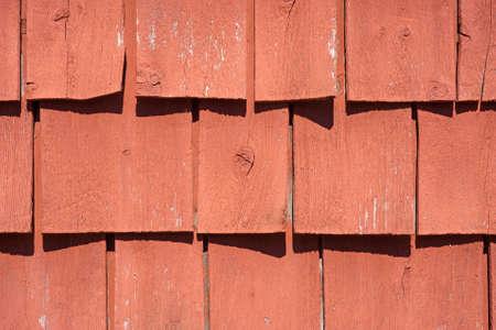 encogimiento: Una visi�n muy estrecha de tejas viejas de madera pintada que est� doblando con la edad y la exposici�n a la luz solar.