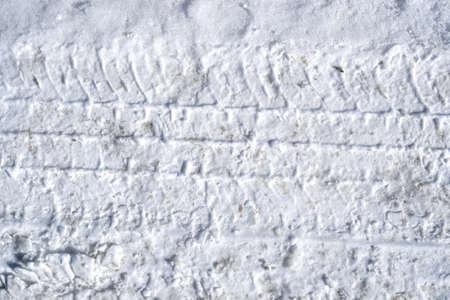 huellas de llantas: Una vista cercana de huellas de neum�ticos en la nieve compactada. Foto de archivo