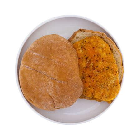 sandwich de pollo: Vista superior de un s�ndwich de pollo empanado reci�n cocinados en un plato peque�o aislado en lo alto de fondo blanco.