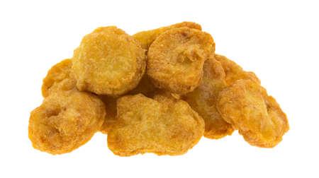 Chicken Nuggets: Varios nuggets de pollo en una peque�a pila aislado en un fondo blanco.