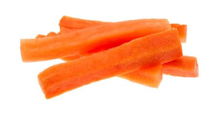 zanahoria: Varios palitos de zanahoria recién cortadas aislados en un fondo blanco.