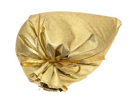 tissu or: Un drap d'or attaché rempli sac cadeau isolé sur un fond blanc.