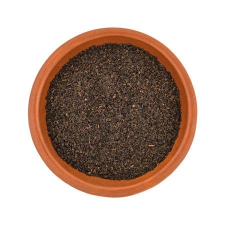 小さな粘土ボウルの平面図は緩い葉黒茶白の背景に分離でいっぱい。