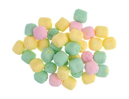 노란색, 분홍색 및 흰색 배경에 고립 디너 사탕 사탕 후 녹색의 상위 뷰.