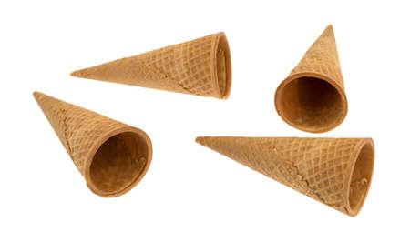 4 개의 빈 아이스크림 와플 설탕 콘 흰 배경에 고립.