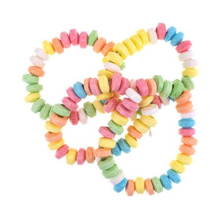 Vue de dessus d'un groupe de bracelets de bonbons extensible isolé sur fond blanc. Banque d'images - 82335856