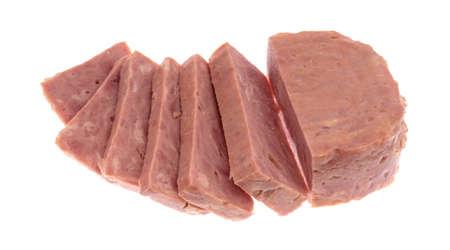 전체 두꺼운 조각을 통조림 햄 흰색 배경에 고립.